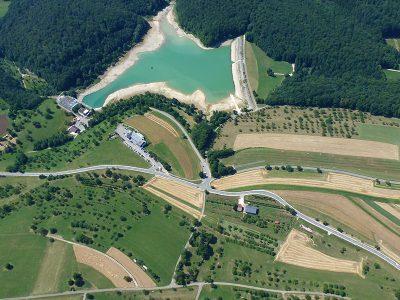 Luftbild Stausee und Hotel